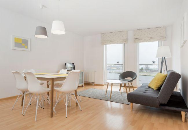 pokój, sofa, stolik, krzesła, okno, wynajem