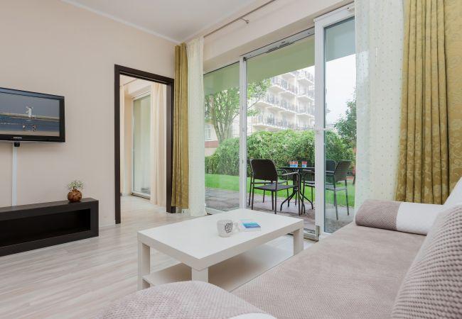 pokój, sofa, stolik kawowy, TV, okno, taras, wynajem